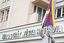 Vyvěšení vlajky Tibetu před havířovským magistrátem