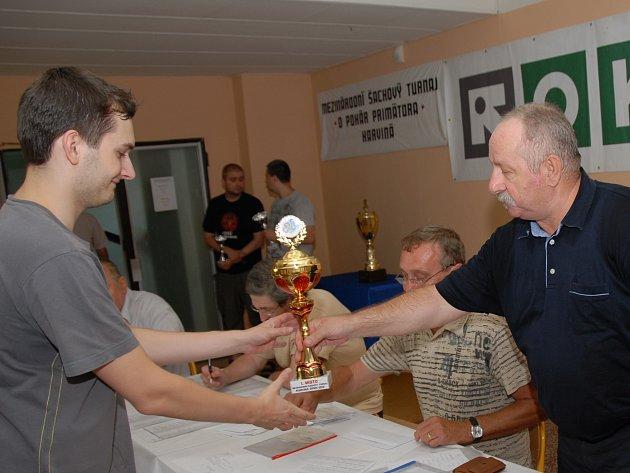 Vojtěch Zwardoň (vlevo) přebírá pohár od ředitele karvinského turnaje Jaromíra Canibala.