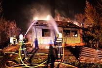 Hašení hořícího finského domku v karvinské části Doly.