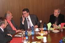 Ministr dopravy Zdeněk Žák v Albrechticích vysvětluje starostovi Vladislavu Šipulovi (vlevo) a Karlu Oblukovi, proč trvá na zachování nádražní haly v Havířově.