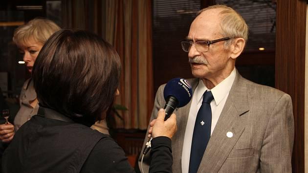 Stanislav Vincour (vlevo) při přebírání ocenění Osobnost města Českého Těšína v roce 2012.