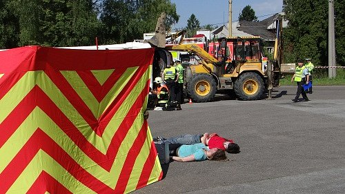 Cvičení IZS při simulované nehodě autobusu v Karviné.