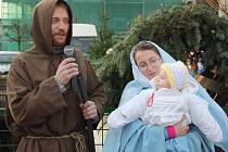 """Přestože Vánoční jarmark s živým betlémem má v Rychvaldě téměř desetiletou tradici, až letos poprvé """"ožil"""" i samotný Ježíšek. Jeho role se totiž zhostila teprve půlroční holčička Adélka."""