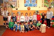 Žáci 1. B ZŠ Fr. Hrubína v Havířově-Podlesí s třídní učitelkou Lenkou Kajfoszovou a asistentkou Ivanou Lancovou.
