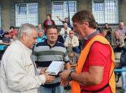 Před utkáním obdržel předseda Věřňovic Roman Šimíček (vpravo) z rukou představitelů OFS Karviná upomínkovou cenu za celoživotní přínos fotbalu.