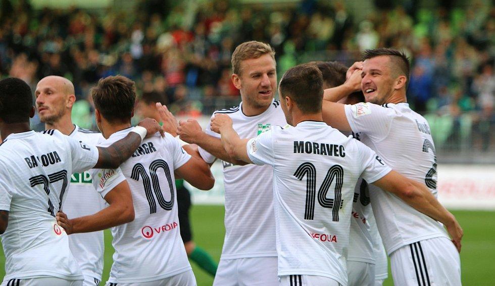 Karvinští (v bílém) se radují z třetí výhry v sezoně. V atraktivním utkání zdolali Příbram 4:1.