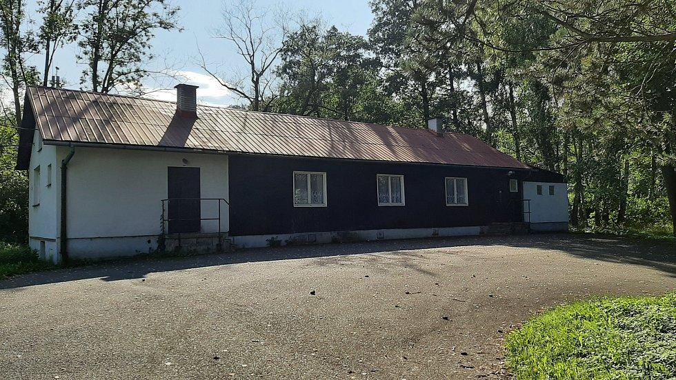 Karviná-Louky. Z původní obce zbylo torzo poté, co její velká část padla v 80. letech za oběť těžbě uhlí. U hájenky.