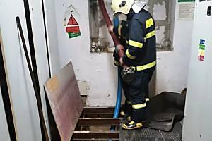 Nemocnice v Bohumíně byla ve středu 12. května večer v ohrožení. Voda tu stoupala až k elektrickému rozvaděči. Díky hasičům se ale nakonec elektřina vypínat nemusela.