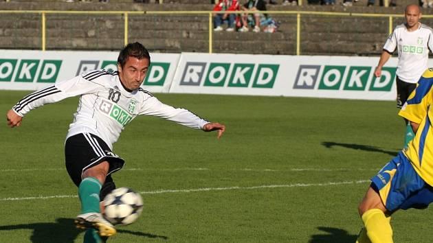Hrdina utkání Admir Vladavič pálí na zlínskou bránu.