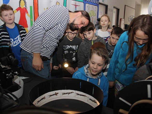 Dětské oddělení havířovské knihovny pořádalo Knihfest, jehož součástí byl i kinematograf.