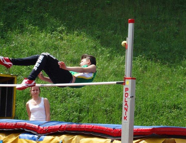 Martin Bousek při skoku do výšky.
