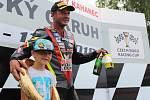 Mezinárodní motocyklové závody Havířovský zlatý kahanec 2018. Didier Grams s kahancem jako cenou útěchy.