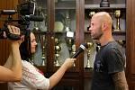 Michal Brůna poskytuje rozhovor regionální televizi.