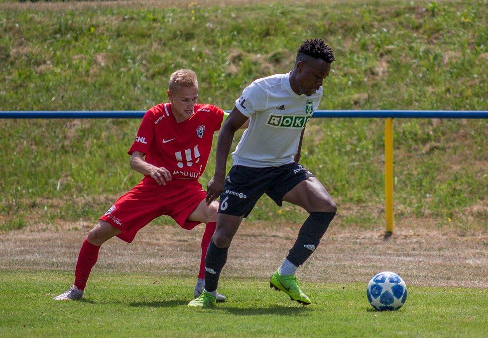 Karvinští fotbalisté vyzkoušeli i Nizozemce Ndefeho (v bílém).