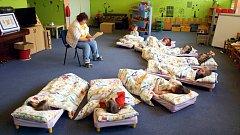 Babičky předčítají dětem každý den před spaním.