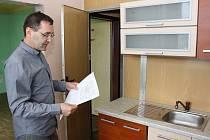Manažér provozu MRA Petr Valášek vysvětluje způsob úpravy bytů.