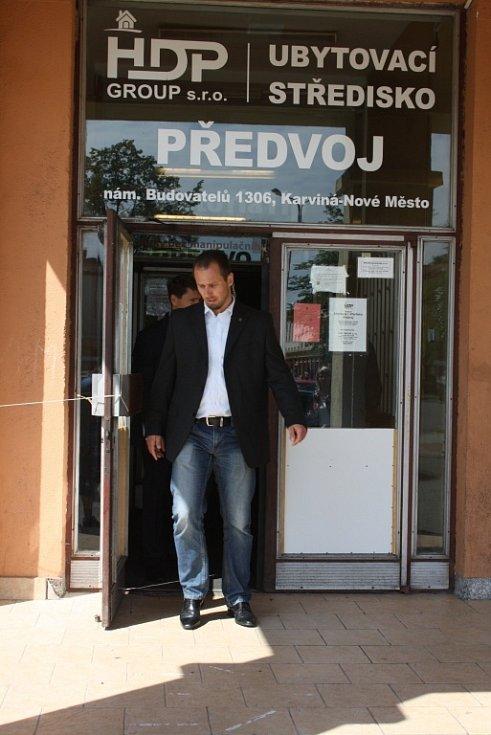 Ministryně práce a sociálních věcí Michaela Marksová, ministr vnitra Milan Chovanec a policejní prezident Tomáš Tuhý navštívili karvinskou ubytovnu Předvoj.