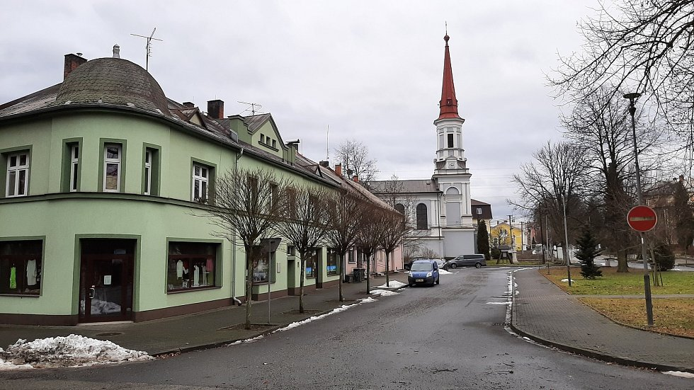 Doubrava. náměstí, v pozadí kostel