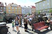Náměstí ČSA v Těšíně v sobotu zaplnily vojenské vozy.