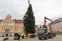 Na náměstí ČSA v Českém Těšíně má vánoční strom tradiční místo. Takhle vypadala jeho instalace v loňském roce.