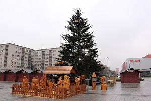 Vánoční strom s vyřezávaným betlémem na náměstí Republiky v centru Havířova.