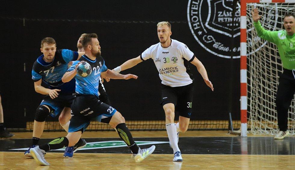 Házenkáři Karviné (v bílém) v prvním finále proti Plzni uspěli.