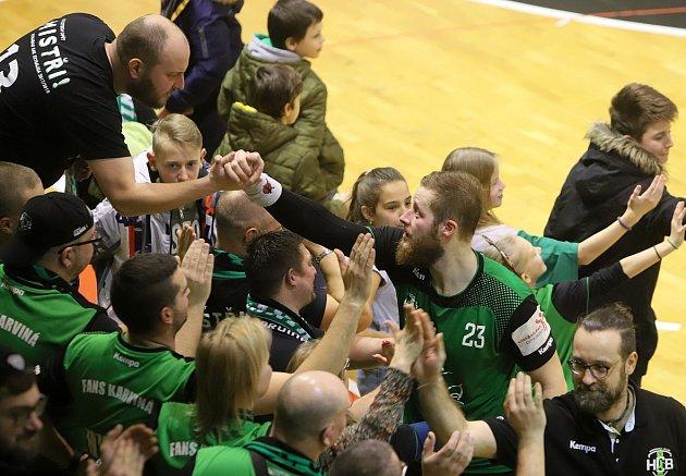 Házenkáři Karviné (vzeleném) roznesli vsemifinále poháru Frýdek-Místek 37:22.