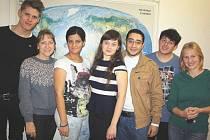 Zahraniční studenti a české pedagožky na chodbě gymnázia v Orlové.