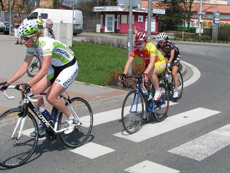 Cyklistky při druhém průjezdu vrcholem Bludovického kopce v Havířově.
