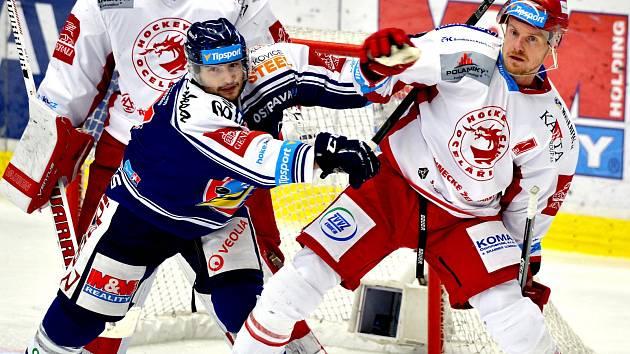 Martin Adamský (vpravo) se vrací na led po zranění.