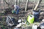 Českotěšínští rybáři ve spolupráci s dobrovolníky začali v sobotu s jarním úklidem kolem Hrabiňské přehrady.