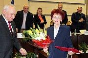 Končící ředitelka Reginální knihovny Karviná Halina Molinová je první držitelkou pamětní medaile Václava Olszaka.