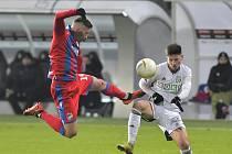 Fotbalisté Karviné (v bílém Tomáš Ostrák) dokázali vyhrát v Plzni. Poprvé v historii.
