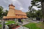Stavba dřevěného kostela v Gutech se stává turistickou atrakcí.