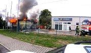 Požár skladu u autoservisu v Havířově.