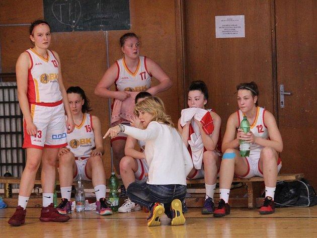 Mladé basketbalistky Havířova (v bílém) v souboji s Litoměřicemi.