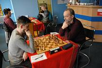 Karvinský Lubomír Zimniok (vpravo) jako jediný uhrál v duelu s béčkem Orlové svou partii, když porazil Tomáše Horvátha.