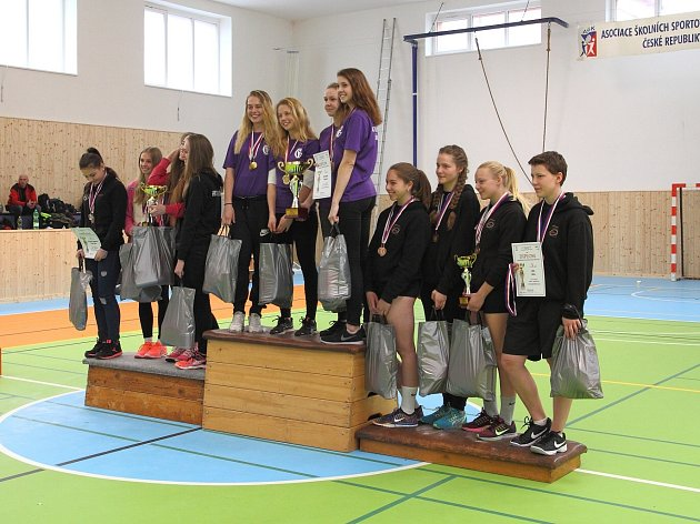 Nejlepší dívky školského mistrovství v silovém čtyřboji.