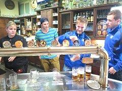 Havířovští hokejisté čepovali pivo fanouškům.