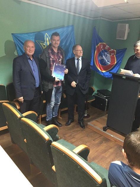 Laštůvka obdržel na Ukrajině trenérskou Alicenci. Po své levici má dřívějšího viceprezidenta Dynama Kyjev Josefa Saba.