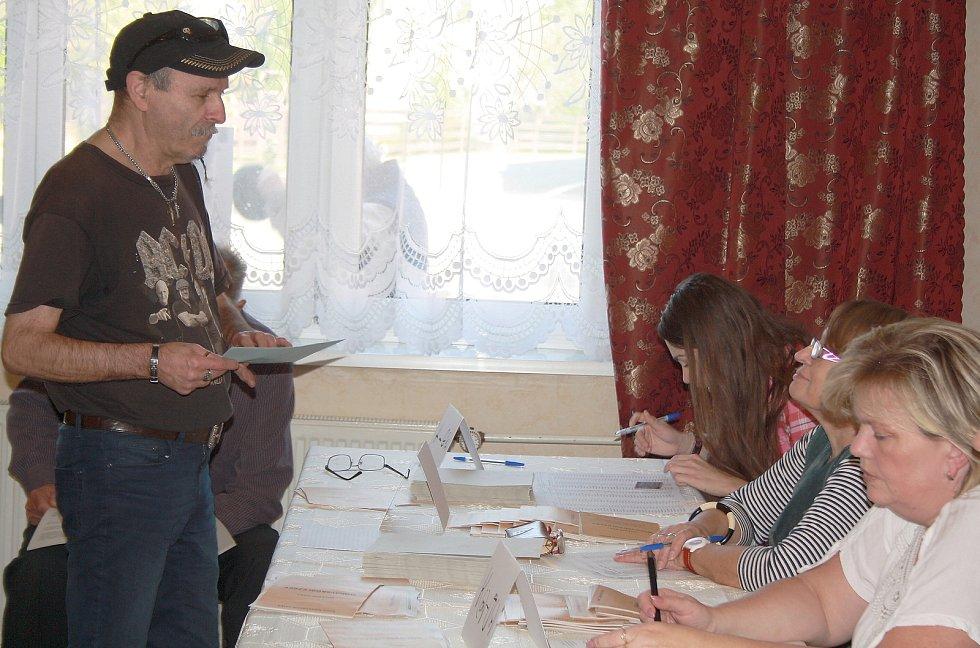 Davy voličů chodily v Karviné v pátek hned po otevření volebních místností.