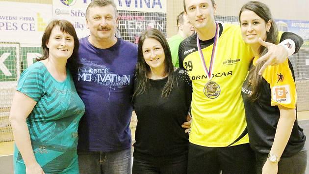 Jiří Kubis se svou rodinou a bronzovou medailí na krku.