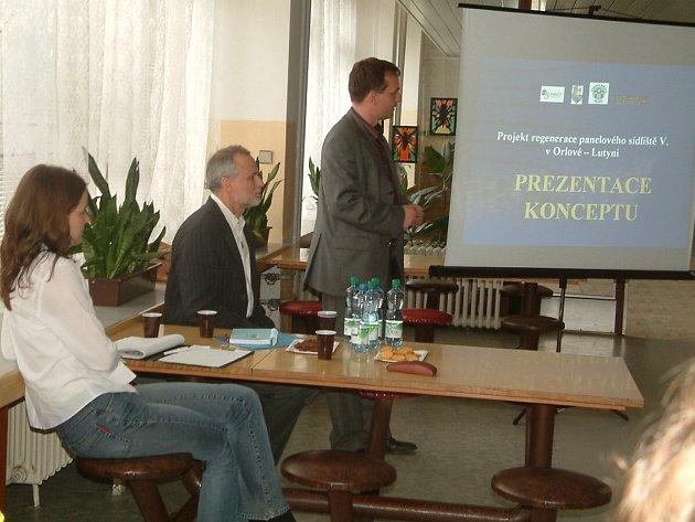 Místostarosta Martin Sliwka prezentoval lidem záměry města ohledně modernizace sídliště V. etapa.