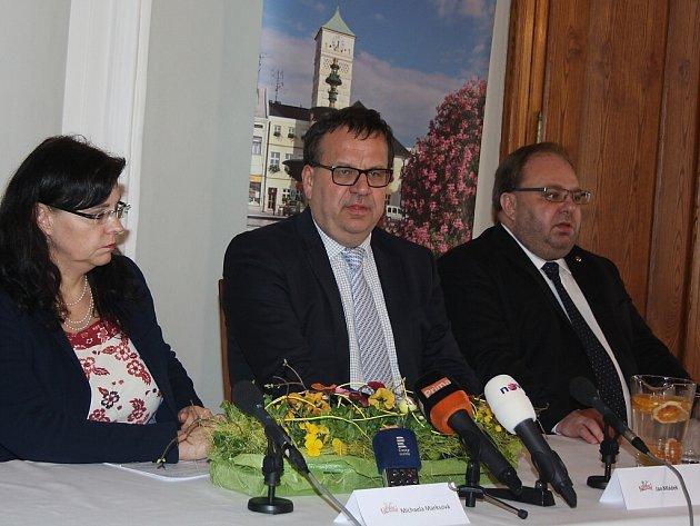 Na jednání se zástupci OKD přijeli ve čtvrtek ministr průmyslu Jan Mládek a ministryně PSV Michaela Marksová. Jednání se starosty zdejších obcí se konalo na zámku Fryštát.