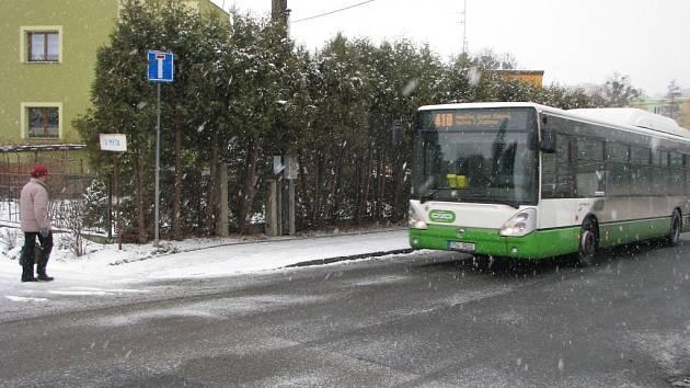 Autobus na havířovské lince č. 10 projíždí místem v ulici J. Gagarina, kde by měla být zastávka. Ta tam však chybí.