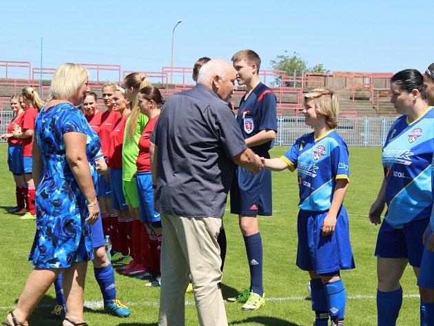 Havířovské fotbalistky převzaly před zápasem ocenění za vítězství v soutěži.