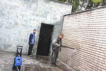 Práce na rekonstrukci smuteční síně v Orlové se rozběhly včera, kdy začalo první čištění venkovních zdí objektu.