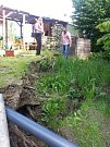 Sesuv svahu ve Svažné ulici ohrožuje rodinný dům.