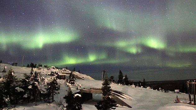 Aurora borealis je jedinečný přírodní úkaz, který se za určitých podmínek objevuje na večerním č i nočním nebi v oblastech okolo polárního kruhu. Splňte si sen vidět tento úkaz!