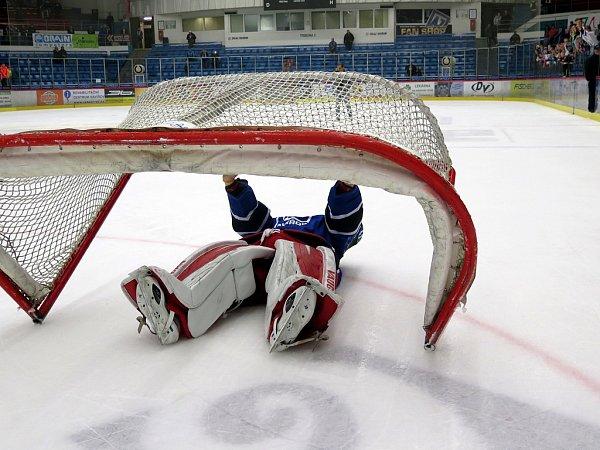 Havířovští hokejisté (vmodrém) si proti Prostějovu připsali výhru.